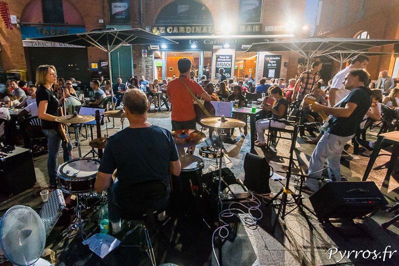 Un groupe joue pour les clients d'un bar à l'occasion de la Fete de la Musique à Toulouse