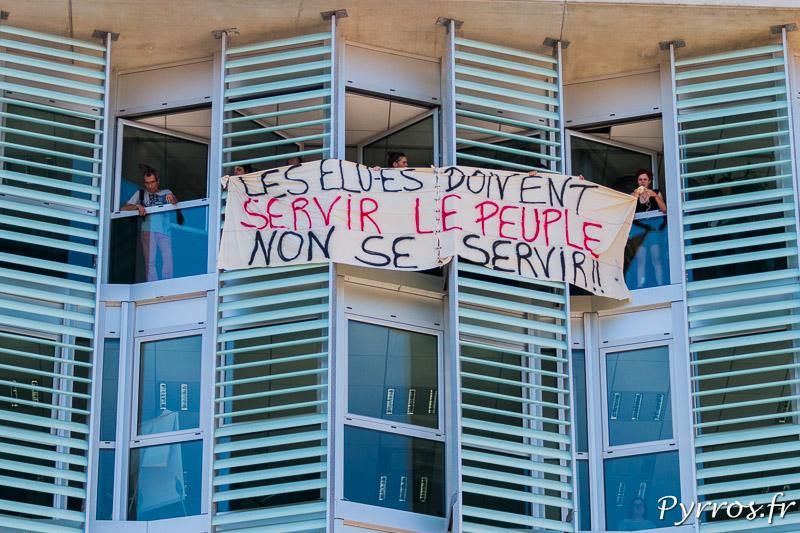 Au neuvième étape du bâtiment un petit groupe d'opposants à la loi travail a accroché une banderole