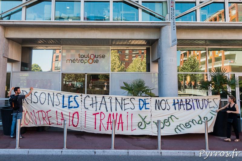 Au pied du bâtiment de Toulouse Métropole des opposants à la loi travail accroche une autre banderole