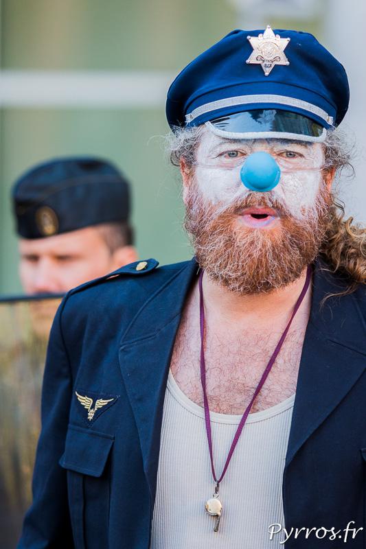 Un clown policier participe avec de nombreux autres clowns à l'opération.
