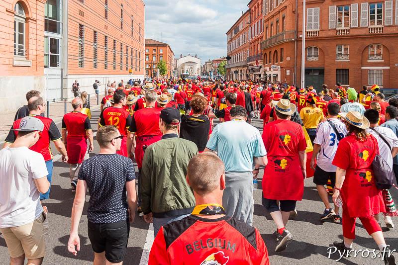 Le cortège des supporters belges et rouge de monde sur le chemin du stadium de Toulouse