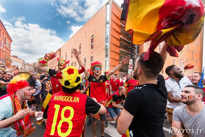 Lors des olas les supporters belges dansent et chantent tous ensembles