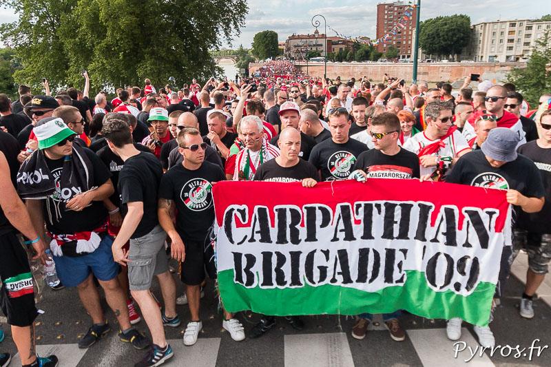 Le cortège des supporters Hongrois se rend par un autre chemain au stadium, le qui de tounis et noir de monde