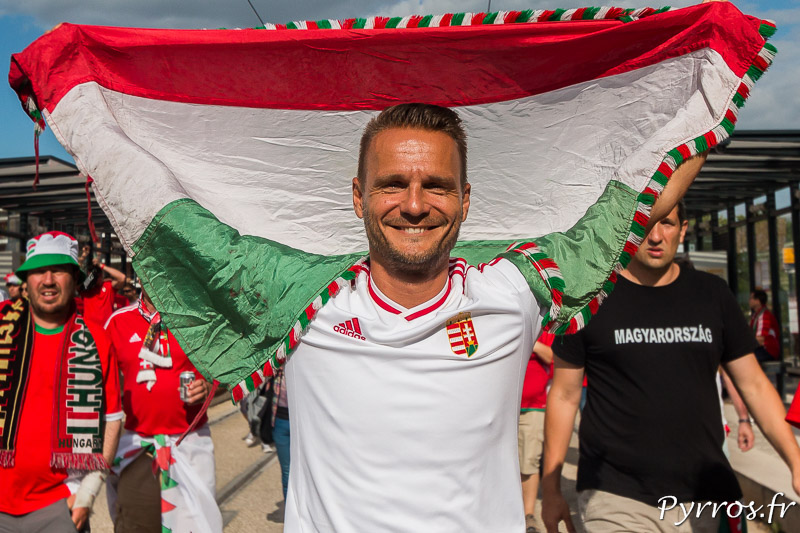 Un supporter hongrois est fière de montrer le drapeau de son pays sur le chemin du stadium de Toulouse
