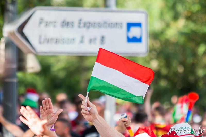 Au dessus de la foule s'élève un petit drapeau de la Hongrie en arrivant au pied du Stadium Municipale de Toulouse