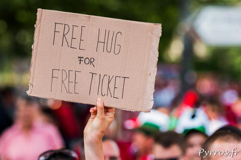 Sur une pancarte une supportrice hongroise propose un calin gratuit en échange d'un ticket gratuit