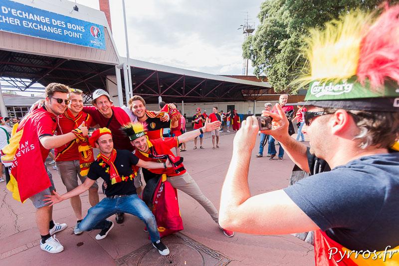 Un supporter Hongrois pose avec plusieurs supporters de l'équipe de la Belgique