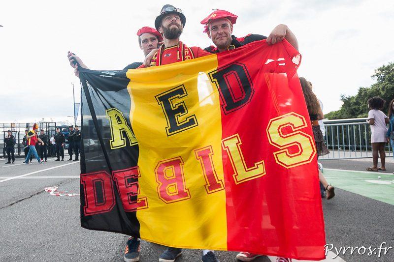 """Les """"RED DEBILS"""" posent avec leur drapeau avant d'arriver au stadium de Toulouse"""