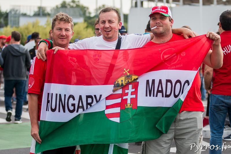 Devant le Stadium de Toulouse des supporters hongrois posent avec leur drapeau national