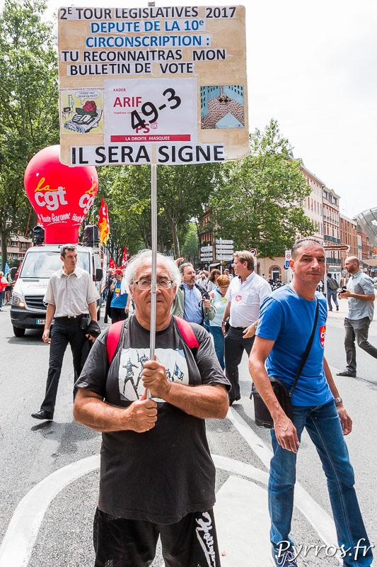 Dans la manifestation de nombreuses pancartes dénoncent l'usage du 49-3