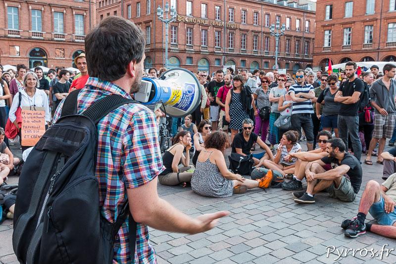 Une personne prend la parole lors du rassemblement contre l'utilisation du 49-3
