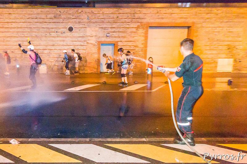 Un pompier de la caserne de Lougnon arrose les patineurs