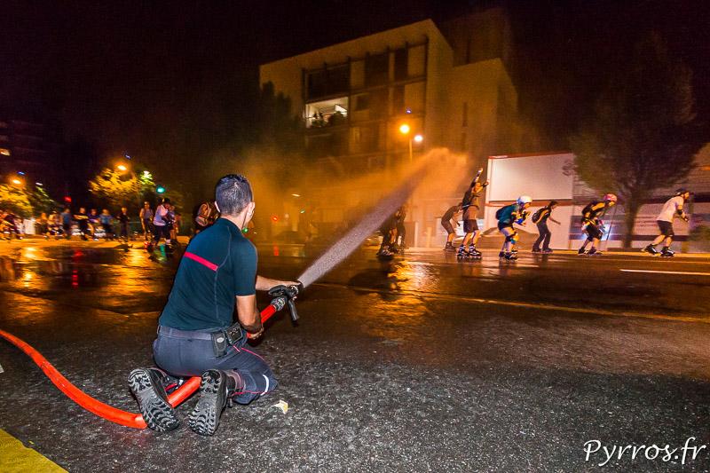 Un pompier de la caserne Vion arrose les randonneurs qui participent à la randonnée pistolets à eau