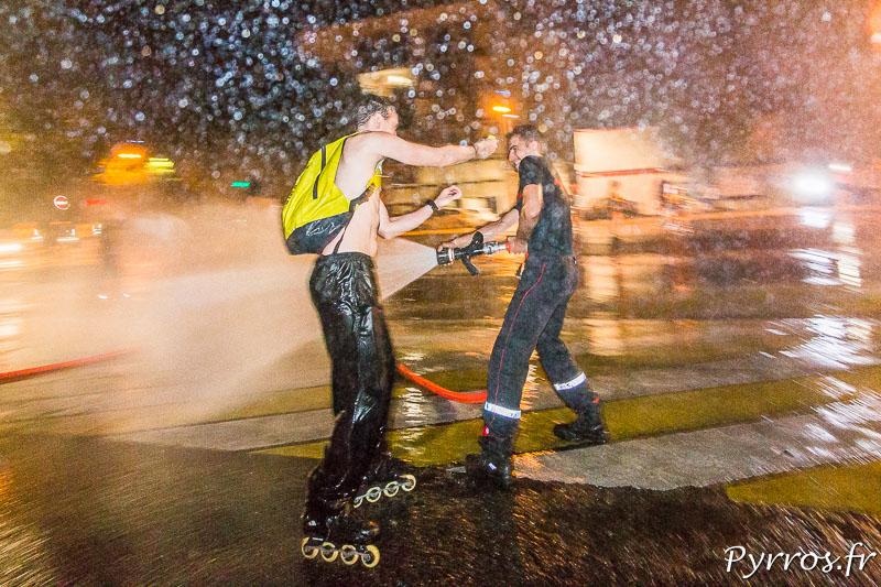Un patineur de surprendre un pompier avec un discret pistolet à eau mais le pompier ne se laisse pas faire