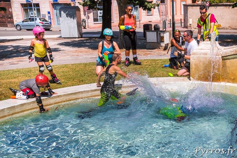 Un staffeur tombe dans une des fontaines ou certains remplissent leurs pistolets à eau