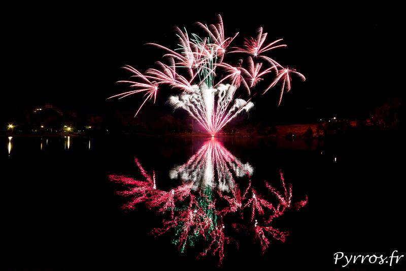 Feu d'artifice tiré au lac de la Reynerie à Toulouse