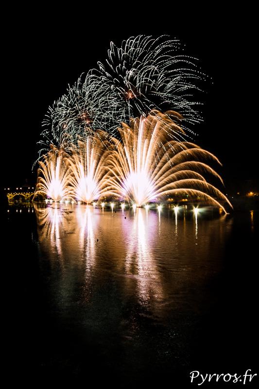 Feu d'artifice de la Fete Nationale du 14 Juillet tiré à Toulouse sur la Garonne