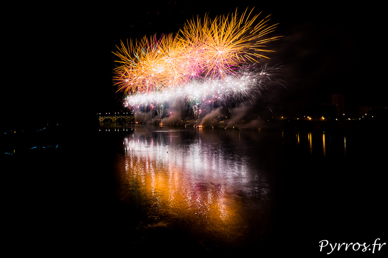 Feu d'artifice de la Fête Nationale du 14 Juillet tiré à Toulouse sur la Garonne