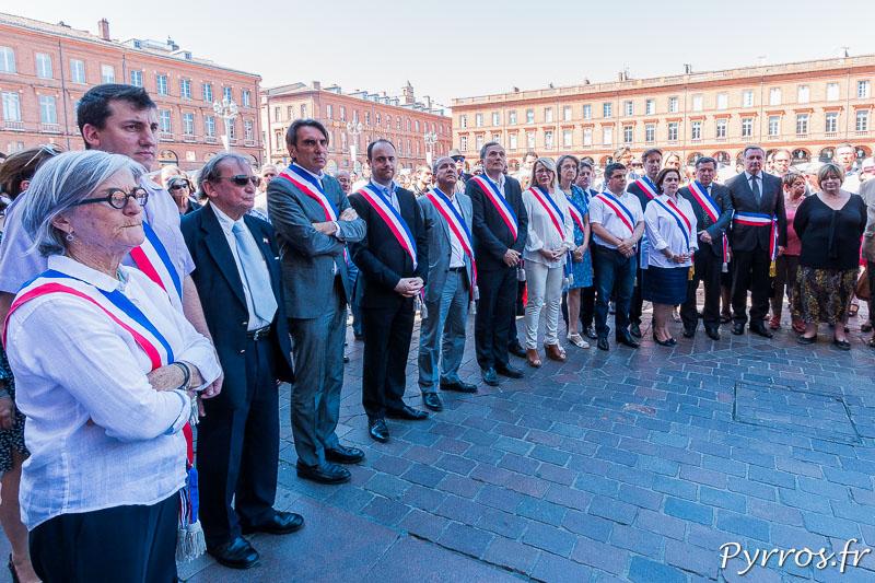 Les élus du Conseil Municipal sont venus avec leur écharpe devant les toulousains