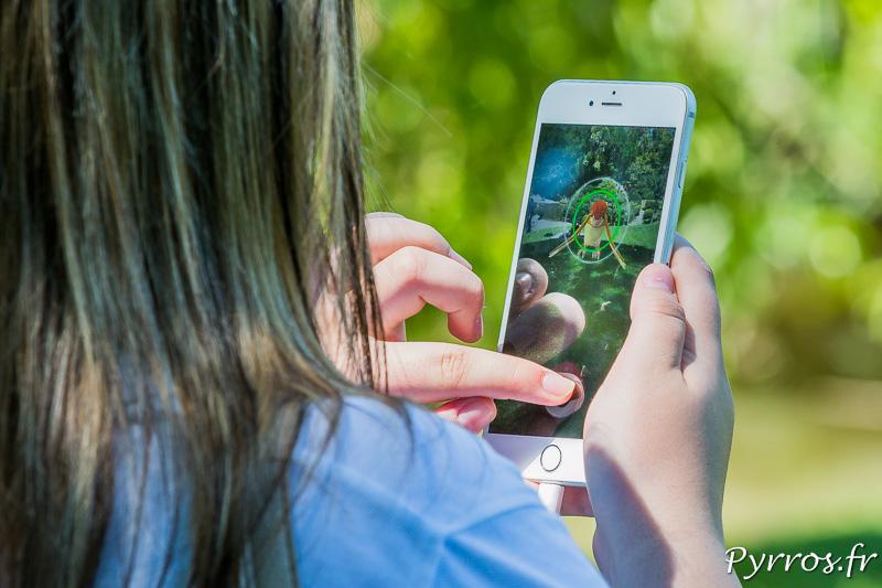 Une éleveuse de pokemon tente de capturer un pokemon apparu dans le Jardin Japonais de Toulouse