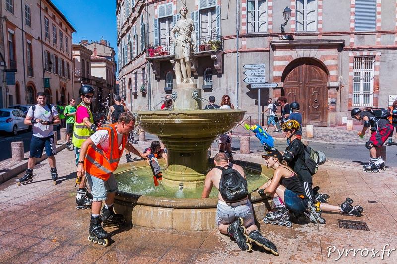 Aux fontaines tout le monde recharge son pistolet à eau