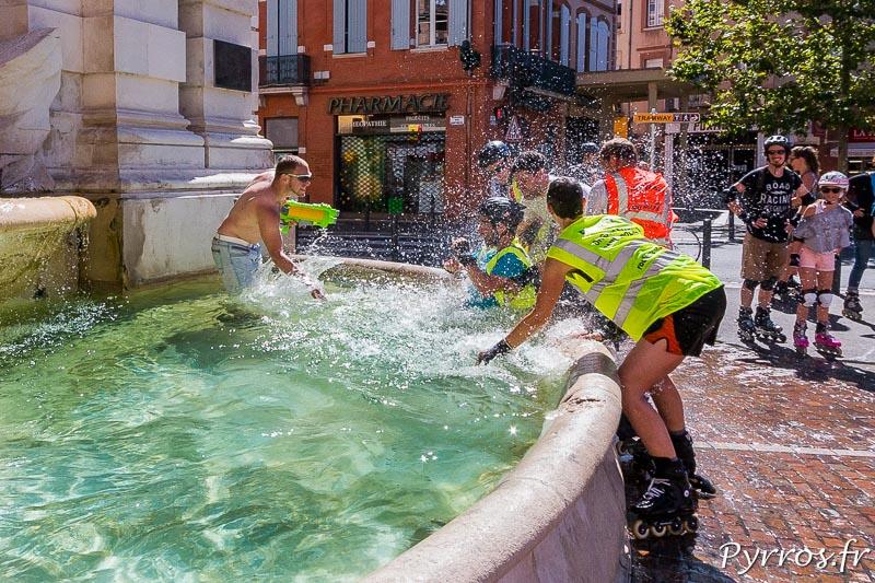 Un staffeur est lancé dans la fontaine