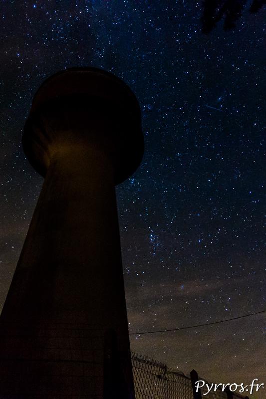 Une étoiles filante passe à coté du château d'eau