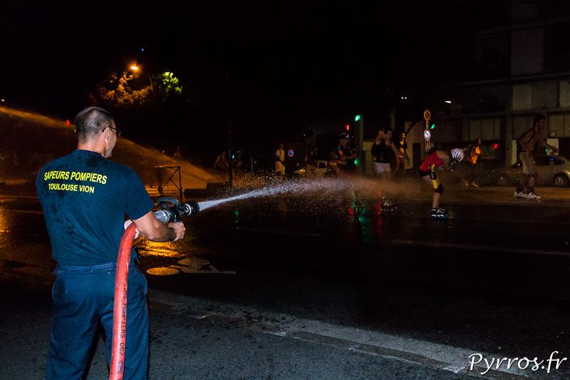 Les pompiers ont installés plusieurs lances à incendie qui arrosent le peloton de Roulez Rose