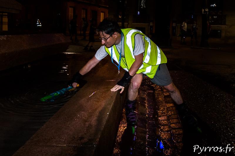 Un staffeur profite du calme autour de la fontaine pour recharger son pistolet à eau