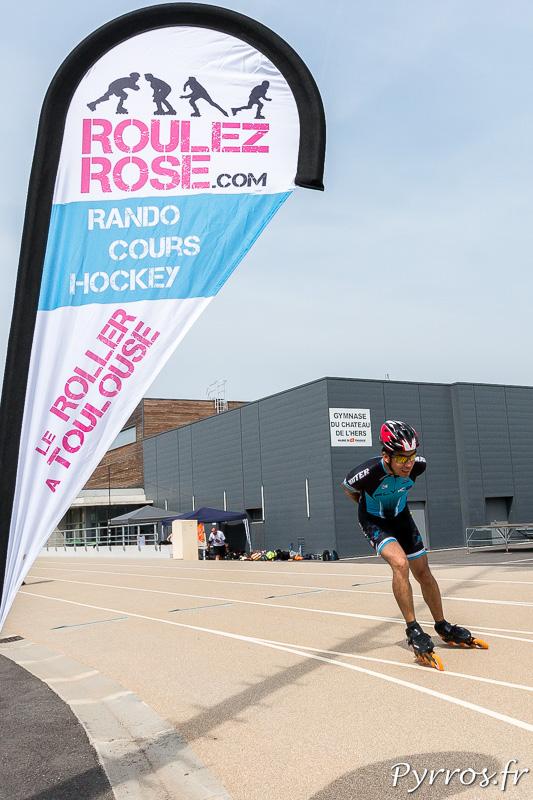 Un membre de Roulez Rose profite de la piste pour préparer sa prochaine course de roller