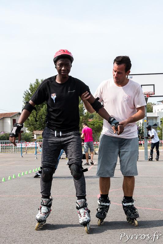 Un jeune homme découvre le roller en compagnie de Mathieu le prof de Roulez Rose