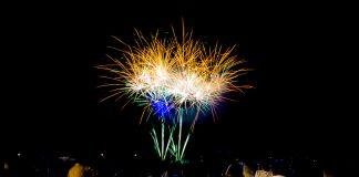 Feu d'artifice de Balma, de nombreux spectateurs observent la succession de tableaux pyrotechniques