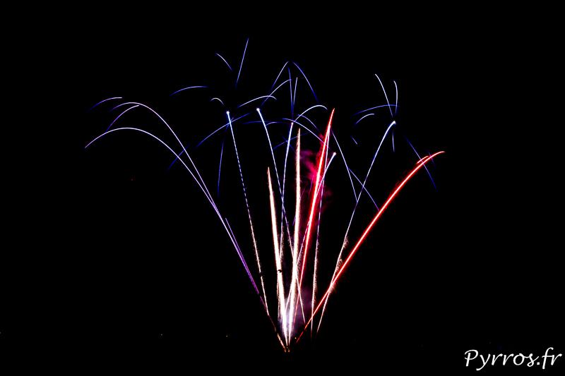 Feu d'artifice de Balma, plusieurs gerbes tricolores ouvrent le feu d'artifice en hommage aux Militaires et aux Force de l'Ordre