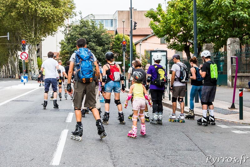 Sur le chemin du Quai des Savoirs les patineurs, parfois très jeunes avances sans difficultés