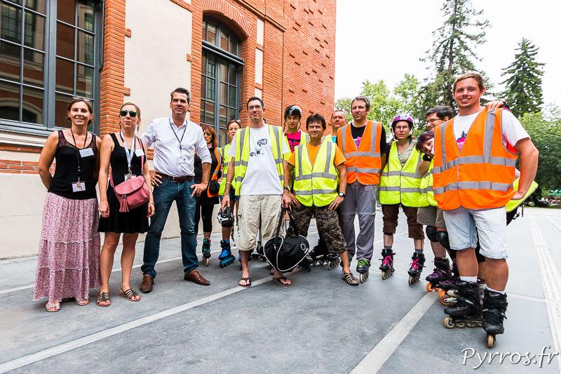Les staffeurs posent avec les organisateurs de l'exposition temporaire du Quai des Savoirs