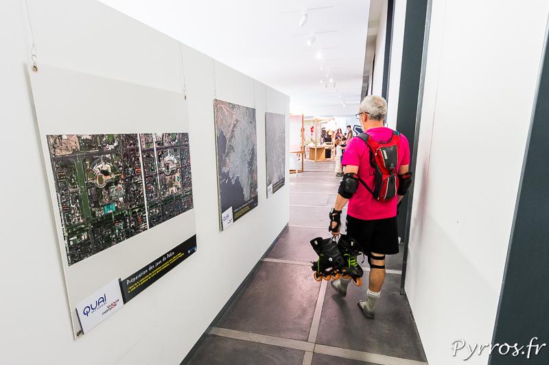 """Un patineur, les patins à la main visite l'exposition """"Il va y avoir du sport"""""""