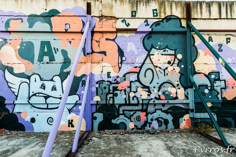 Le mur du hangar 224 voisin du hangar 221 qui a explosé est couvert de graffitis