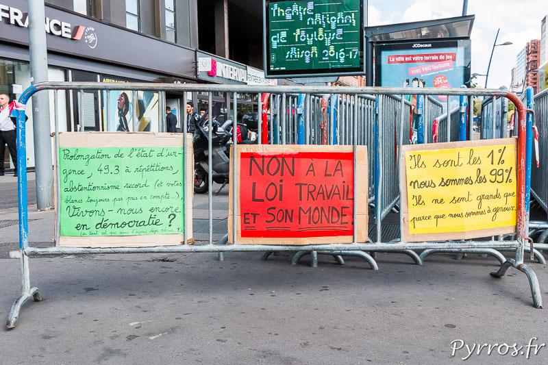 Plusieurs pancartes ont été accrochées sur une barrière en bas des allées Jean Jaurès