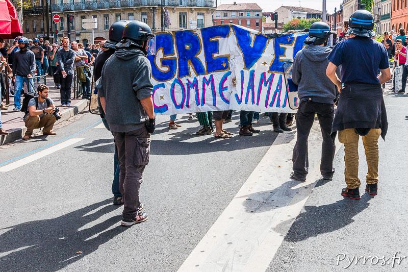 Les policiers barre le passages à des manifestants qui voulaient pousuivre la manifestation