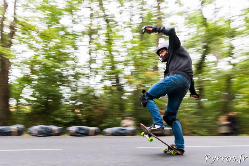 Descente de la D35, en faisant des figures sur un skate
