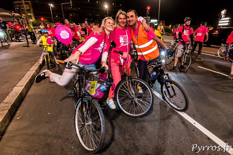 Habillés en rose des cyclistes attendent que la randonnée reparte après une courte pause