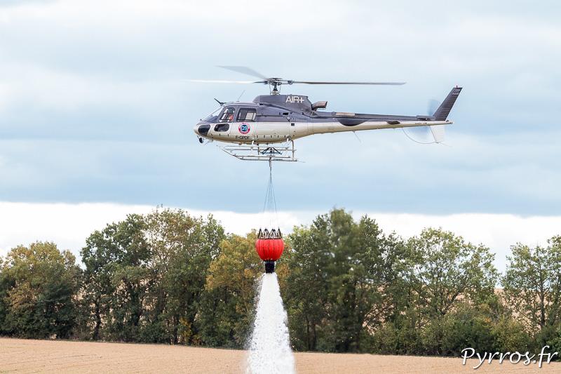 écureuil AS-350 B3 simulation de largage d'eau sur un incendie