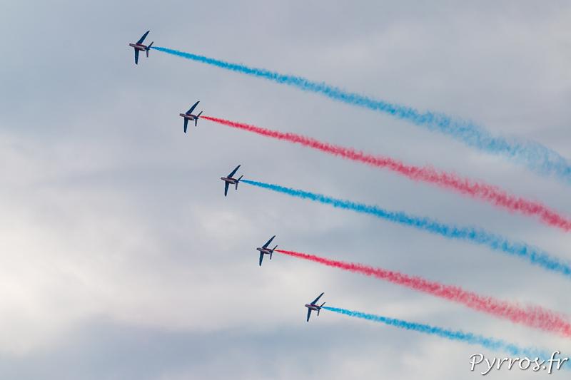 La Patrouille de France déploie un ruban bleu et rouge dans le ciel gersois