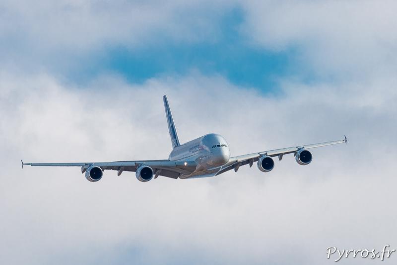 Dans le plus grand calme l'A380 approche de Gimont