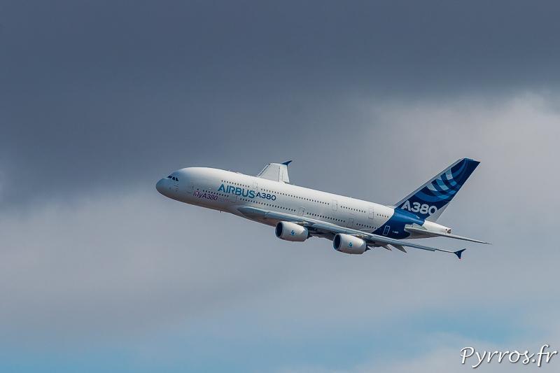 Dans le ciel sous les nuages l'A380 semble presque petit
