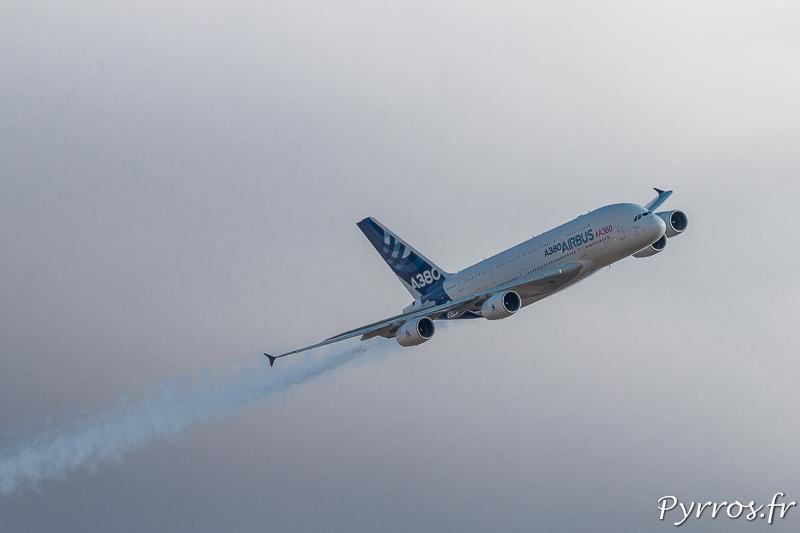 L'A380 déploie ses fumigènes installés sur les moteurs 1 et 4