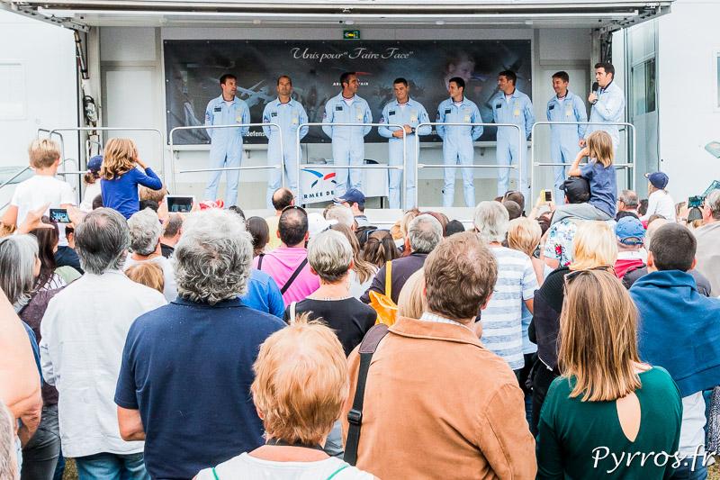 Le leader de la Patrouille de France présente ses coéquipiers aux spectateurs de Gimont