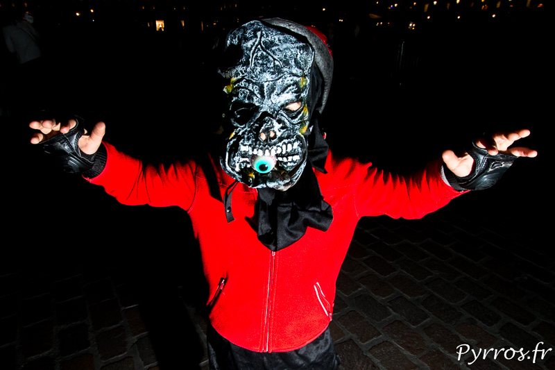 Avant la Randoween, la rando roller de Halloween, Un jeune monstre termine son repas, un œil encore entre les dents