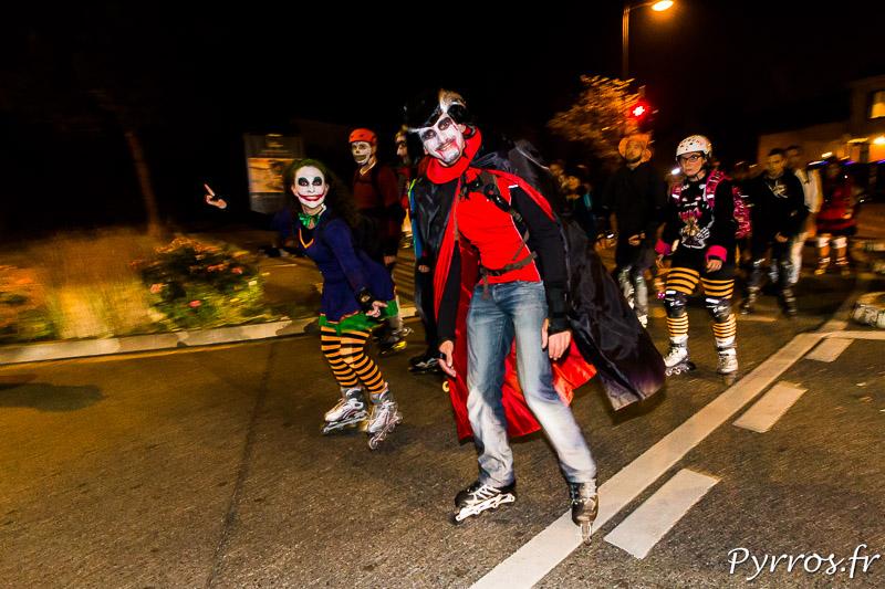 Dans le cortège de la rando de Halloween les patineurs sont nombreux à etre déguisés.