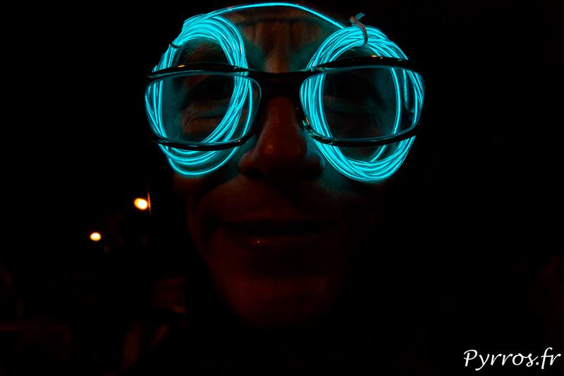 Les yeux lumineux d'un patineurs surprennent les spectateurs qui croise la randonnée roller